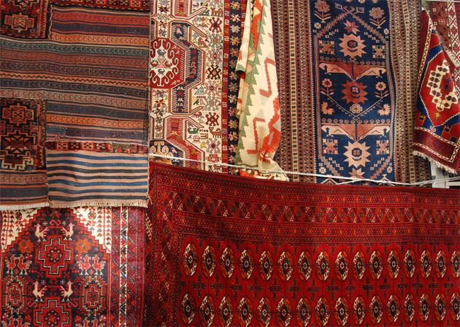 Chcem zavesiť orientálny koberec na stenu. Môžem to urobiť?